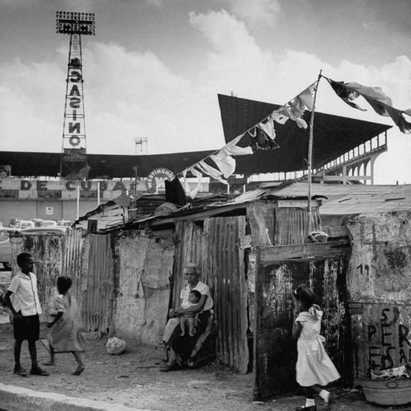 Гавана времен Батисты. Трущобы на фоне казино. Следует отметить, что Фидель жилищный вопрос на Кубе-таки решил и при нем такое исчезло.