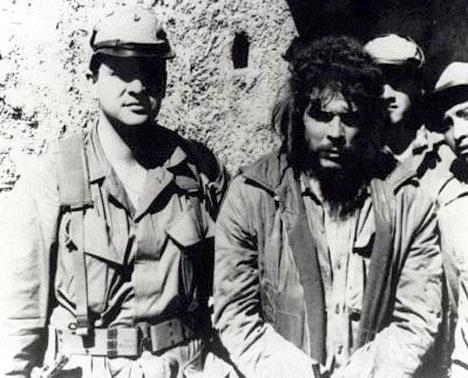 Феликс Родригес с плененным Че Геварой