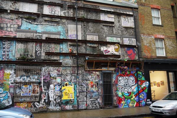 на заброшенном здании
