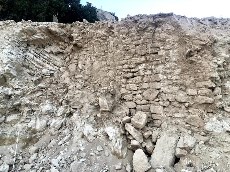 Раскопанная каменная кладка