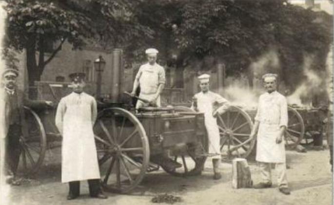 Soldats_allemands_et_cuisine_roulante-1914