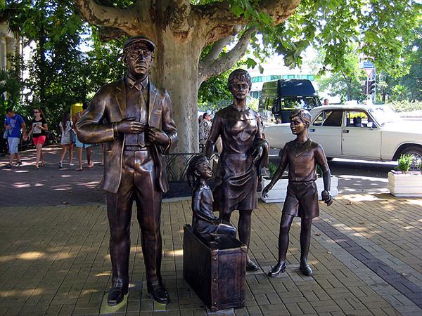 Памятник в сочи два мужчины с чемоданами купить памятник полимерный