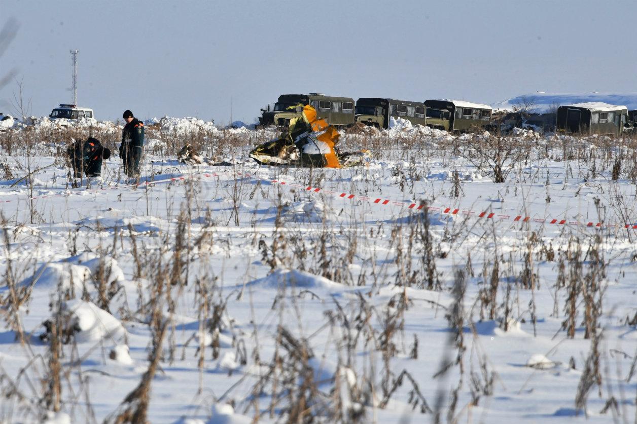 С места крушения Ан-148 начали вывозить останки тел и обломки самолета на экспертизу (фото)