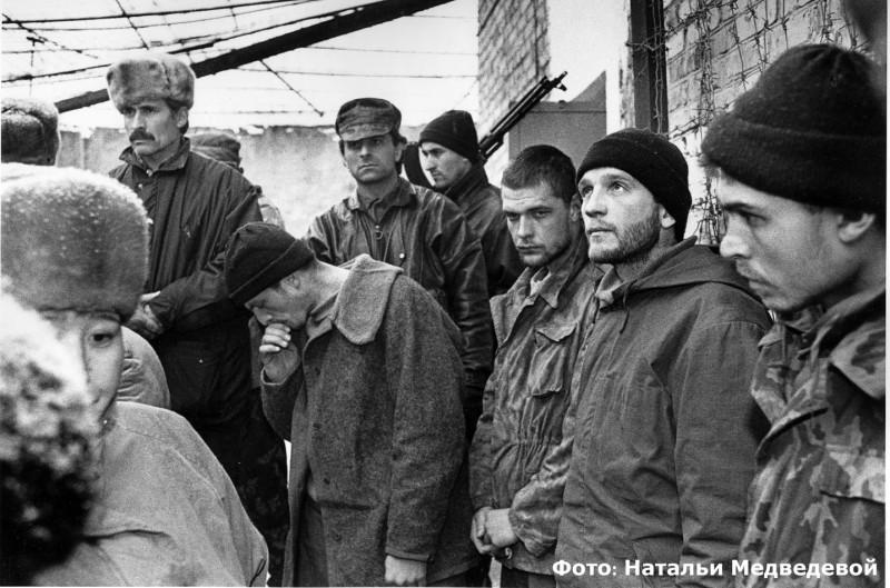 Военнослужащие Российской армии в плену у мусульман чеченцев. Январь 1995 года, город Шали, Чечня, Россия, Фото: Натальи Медведевой.