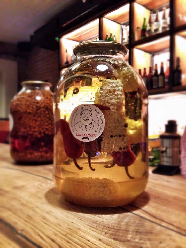 виноградный самогон с медовыми сотами и острым перцем