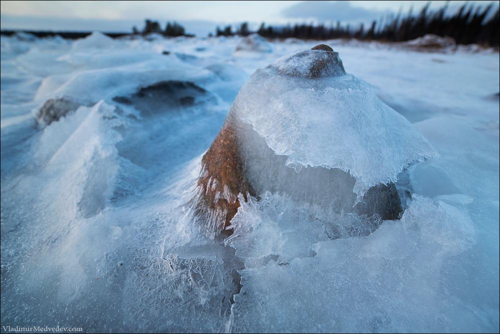 Ледяная волна и камень. Белое море.