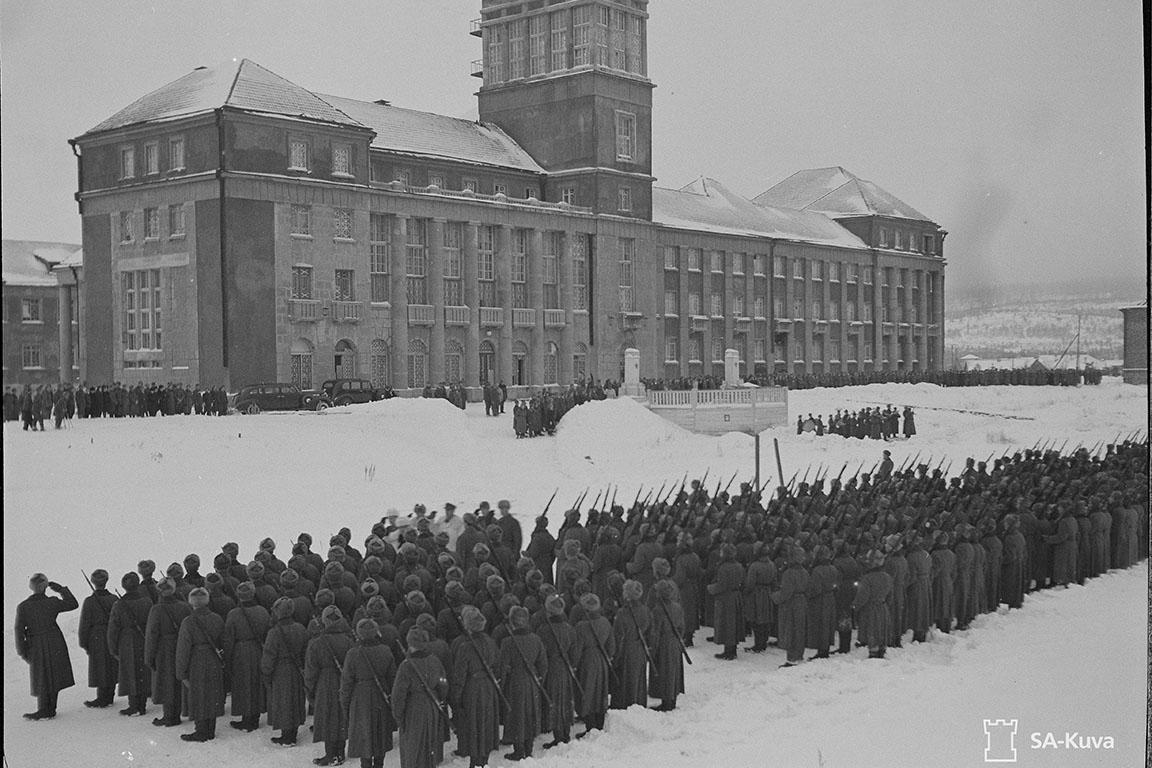 Парад у гостиницы НКВД