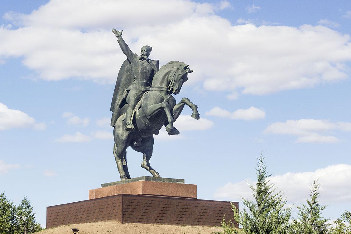 Элиста памятник Городовикову