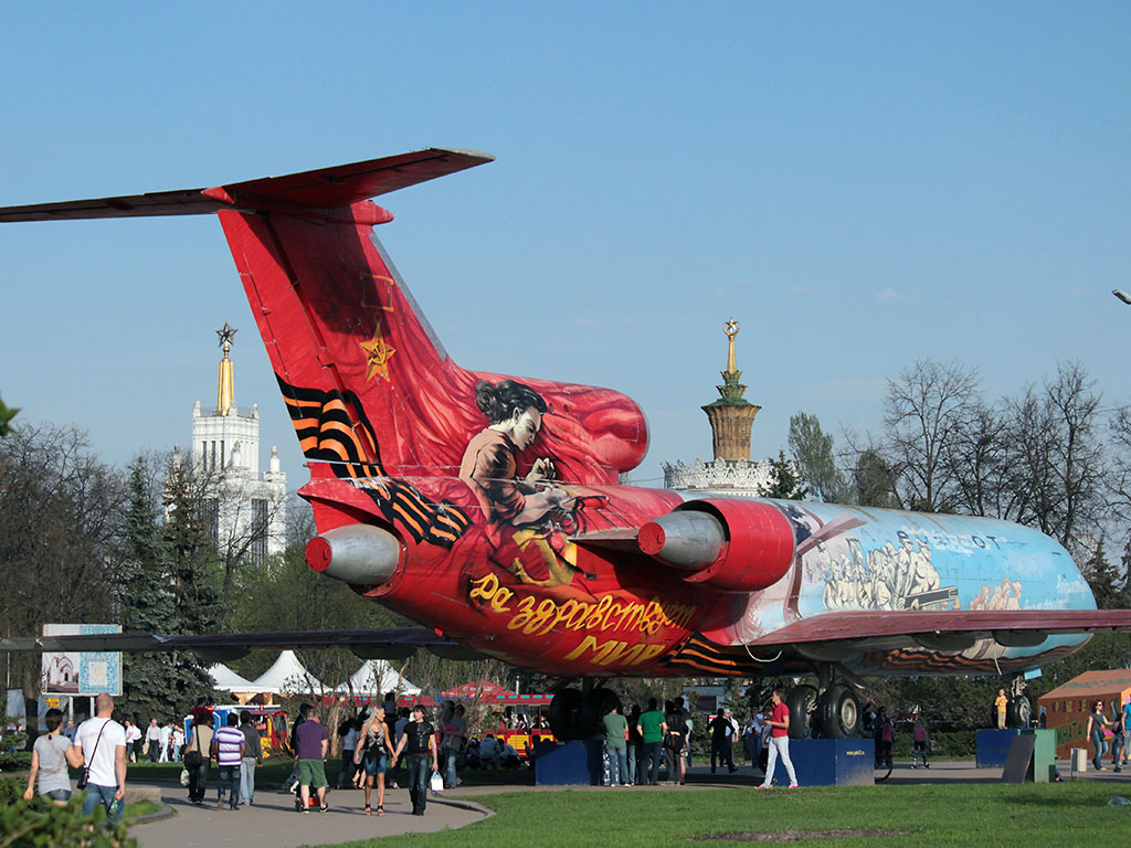 Покрашенный Ту-154 на ВДНХ