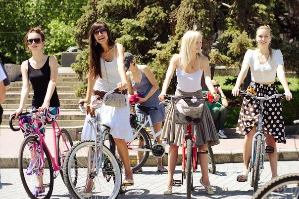 Фото девушек в юбках на велосипеде