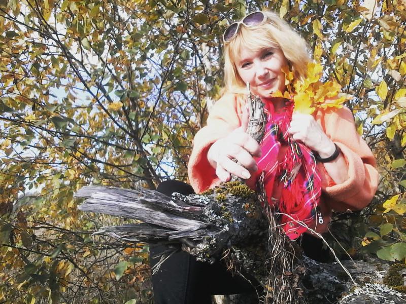"""Оттенок листьев у меня в руке называется """"медовый"""". Это один из 24 оттенков оранжевого цвета. (Личное фото)"""