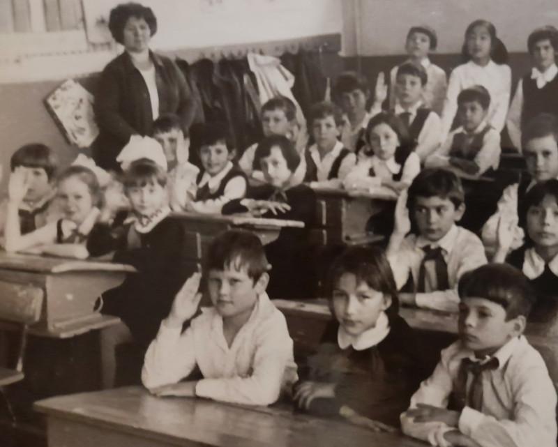 Мой 2 класс и первая учительница (Личное фото автора)