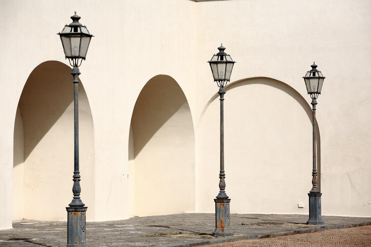 Это город обветшалых палаццо с прекрасными садами внутри