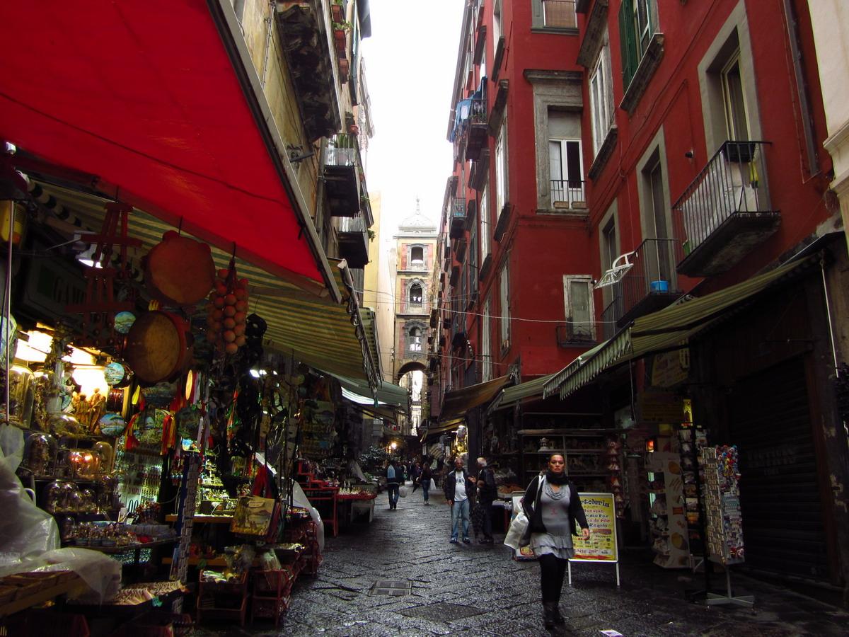 мы пошли гулять и теряться в сплетении неаполитанских кварталов и проспектов