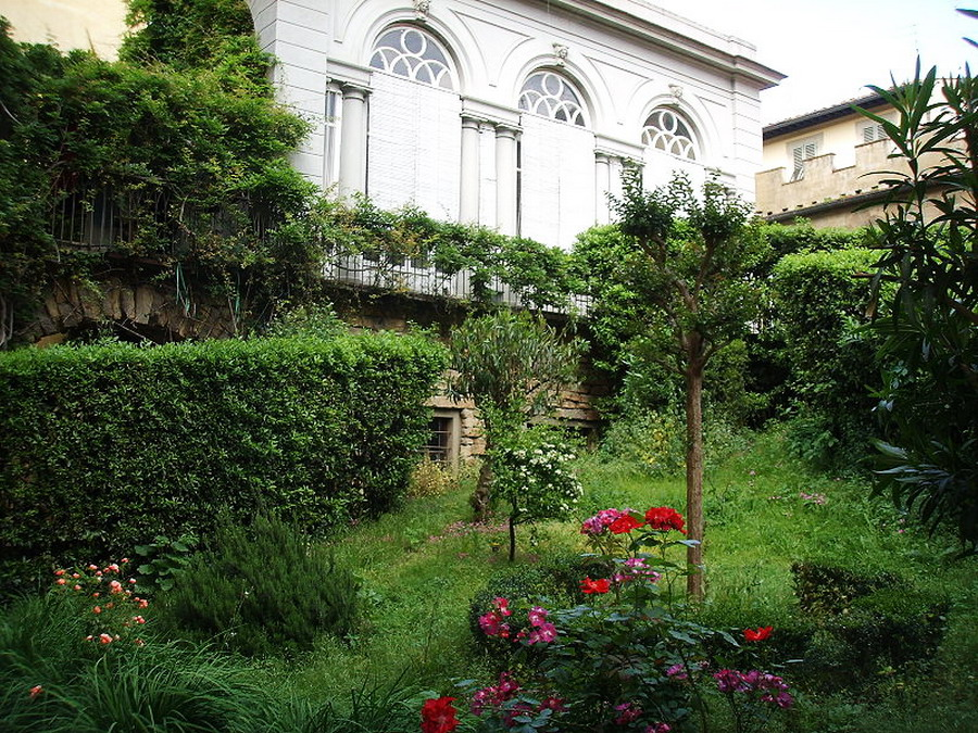 800px-Palazzo_antinori_di_brindisi,_giardino_01