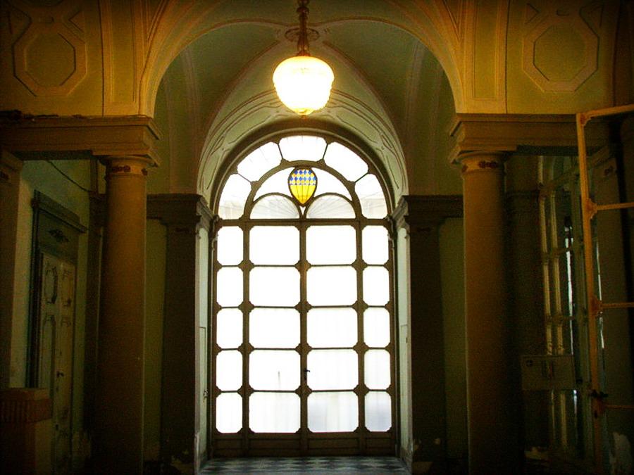 800px-Palazzo_antinori_di_brindisi,_vestibolo,_vetrata_con_stemma_antinori