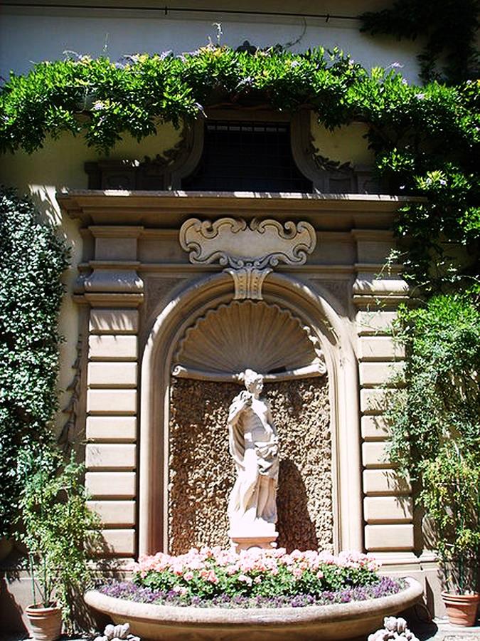 450px-Palazzo_antinori,_fontana_03
