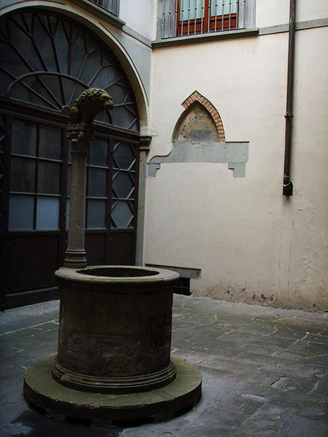 450px-Palazzo_rosselli_del_turco,_pozzo