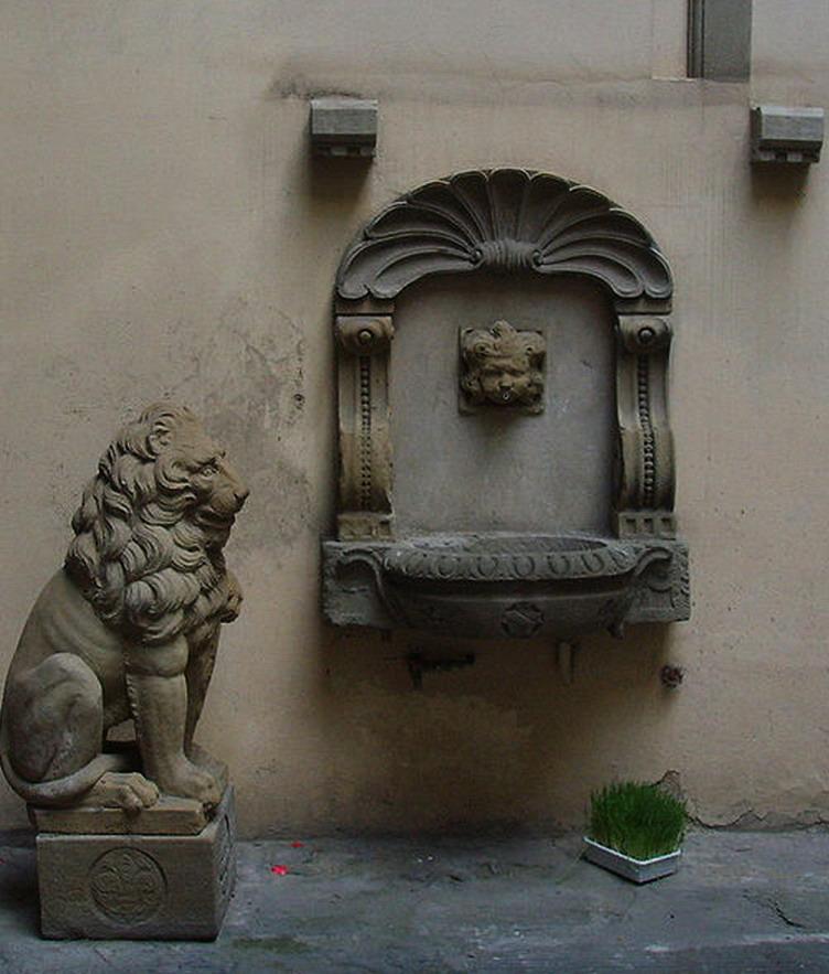 593px-Palazzo_rosselli_del_turco,_fontanella_e_leone