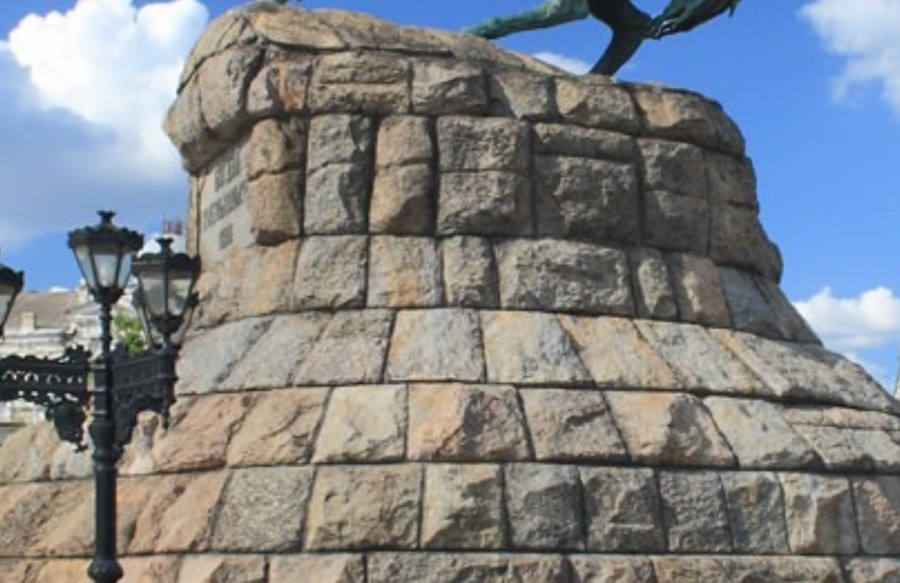 полигональная кладка постамента памятника Богдану Хмельницкому в Киеве