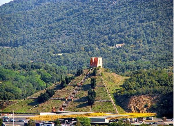 Пирамида у перевала Перус на границе Испании и Франции