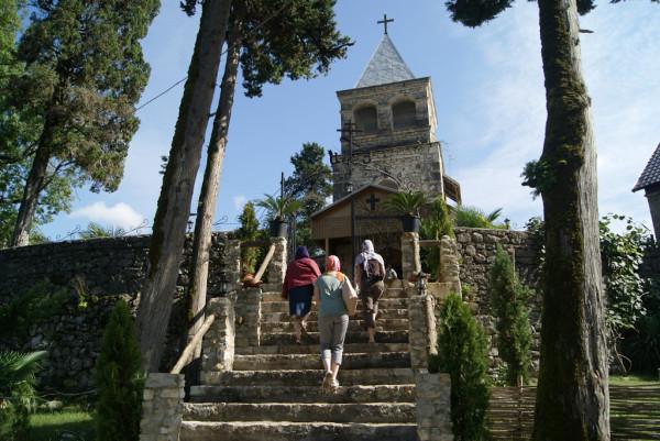 Девочки идут в храм в Каманах