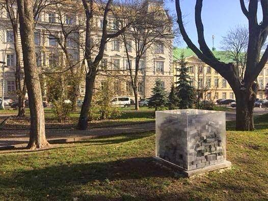 Во Львове напротив областного совета установили стеклянный куб с брусчаткой внутри