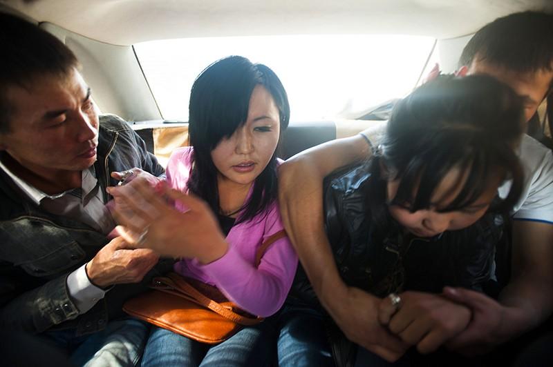 Русские парни затащили девушку в машину