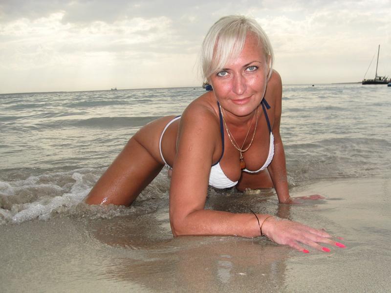 фото женщины в возрасте на пляже