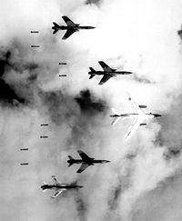 ВВС США сбрасывает бомбы на Северный Вьетнам. 1966 год.