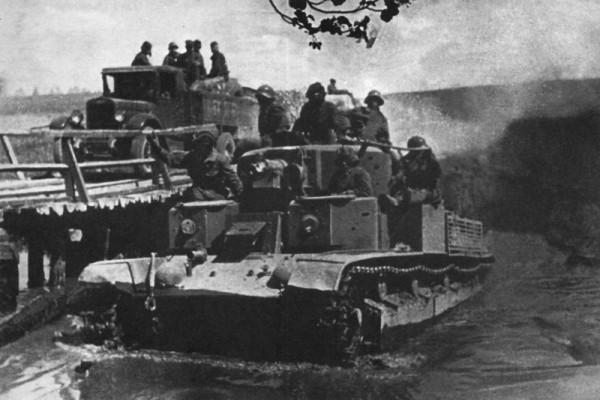 Танк Т-28 форсирует вброд речку у местечка Мир в Польше (ныне поселок Мир Гродненской области, Беларусь).