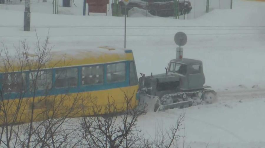 Бульдозер вытягивает трамвай