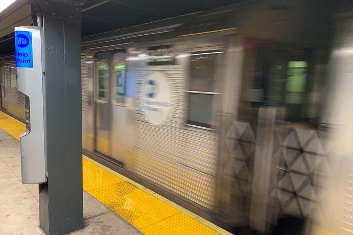 Модель поезда R32 C, работающая с 1960-х годов, выходит из 34th Street-Penn Station 8 января 2020 года. Фото: Хосе Мартинес / ГОРОД