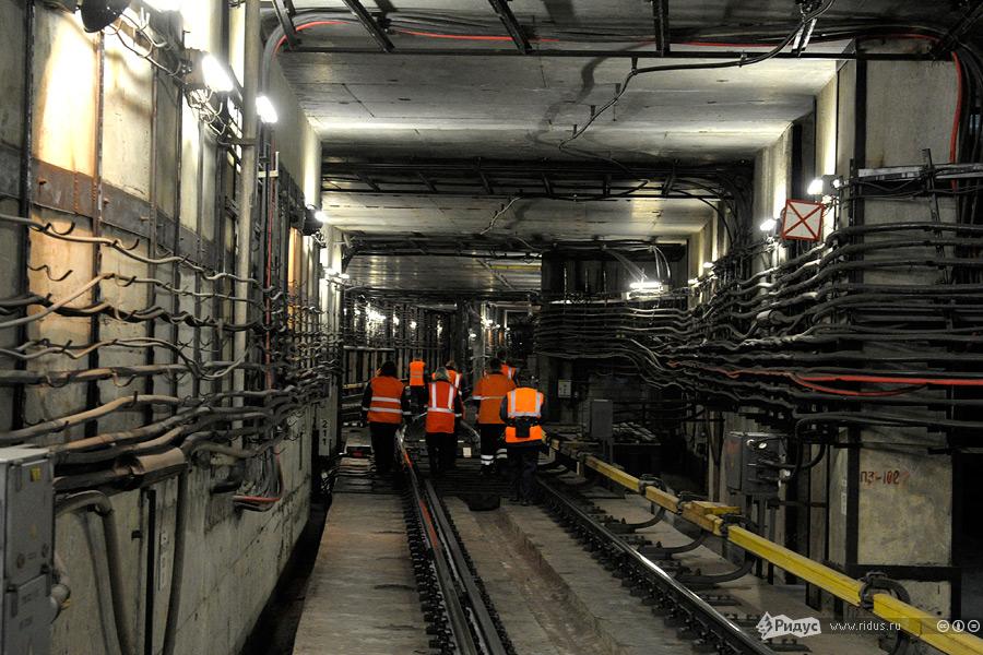 """На фото рабочие уходят в тоннель для извлечения застрявшего состава """"Москва"""" Фото: © Антон Тушин/Ridus.ru"""