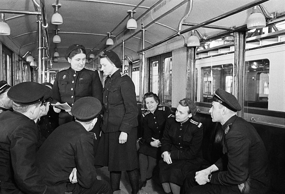 Старший машинист депо Северное Е.Д. Мишина (стоит слева). Фото 1949 года. Анатолий Гаранин/Sputnik