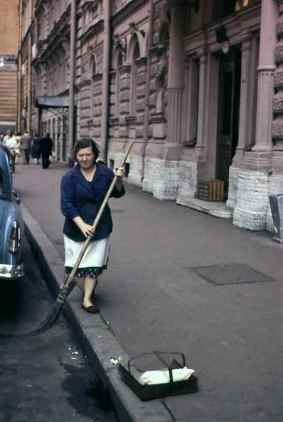 Colour Photos of Street Scenes in Leningrad, 1961 (10)