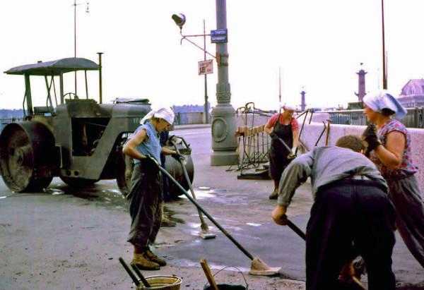 Colour Photos of Street Scenes in Leningrad, 1961 (6)