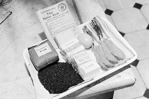 1942 – паек для взрослого на неделю: чай, сахар, маргарин, масло, бекон, яйцо, сало