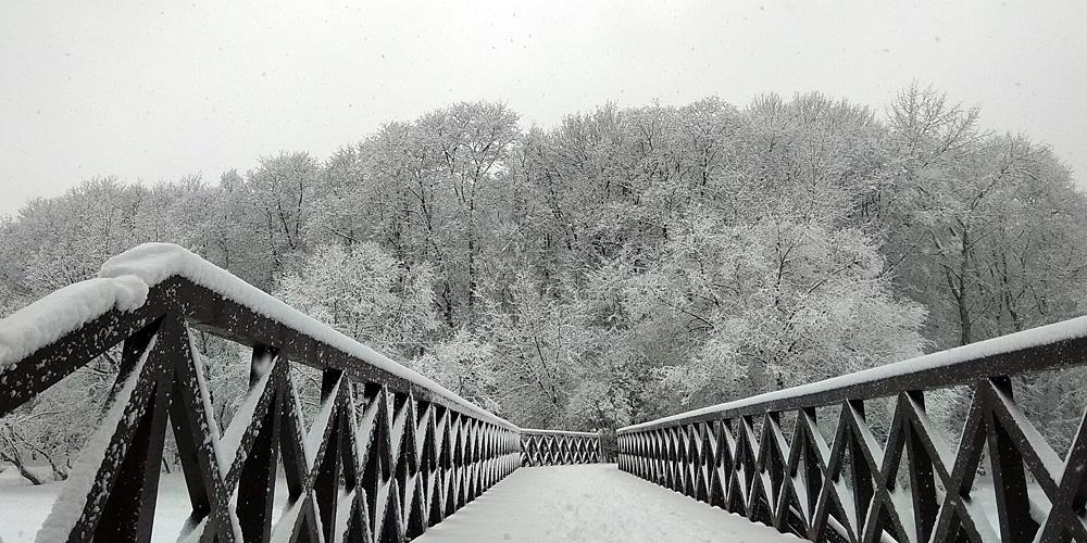 падает снег в снег