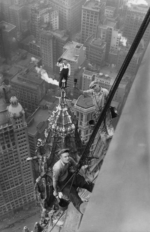 workers-atop-the-woolworth-building-new-york