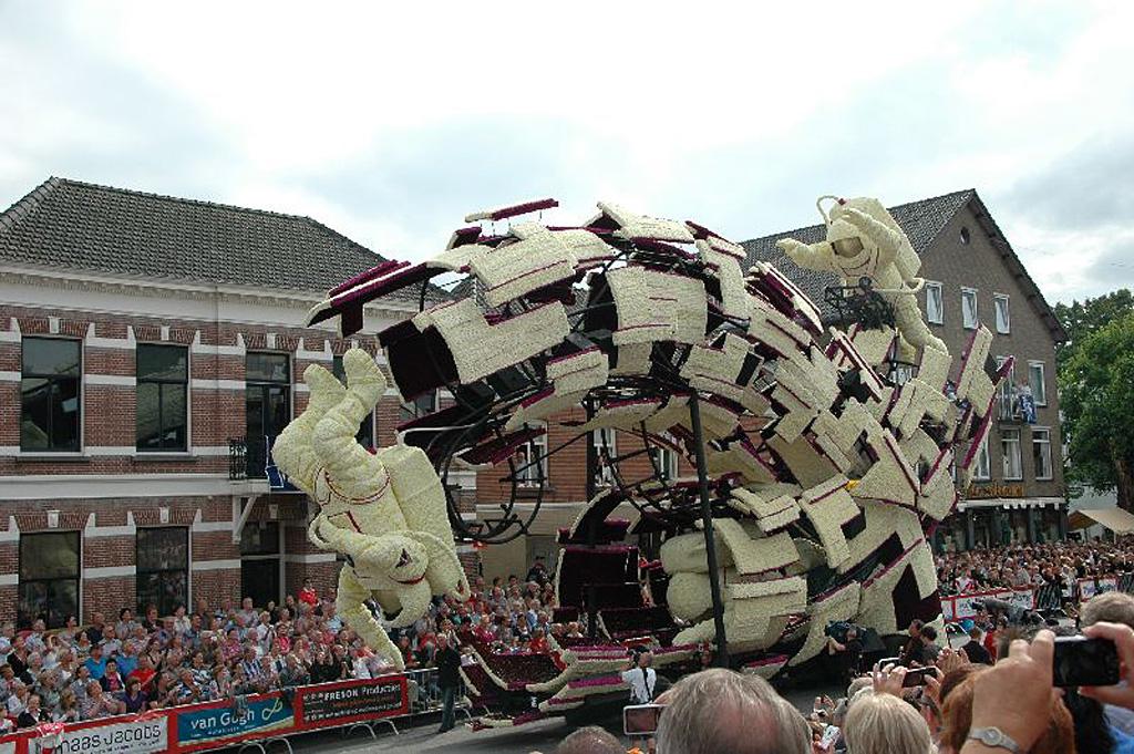 20111020090336_astronauten__buurtschap_t_stuk_winnaar_corso_2011_bloemencorso-zundert