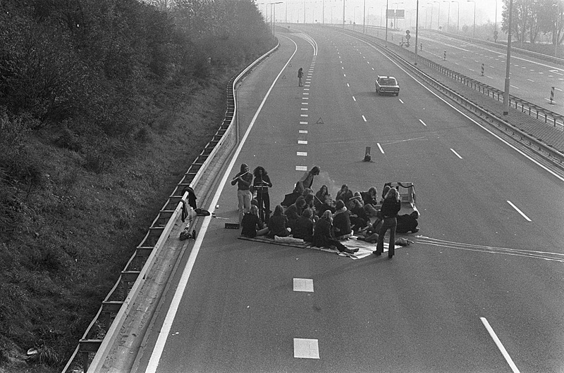 picnic-on-a-motorway-during-the-oil-crisis