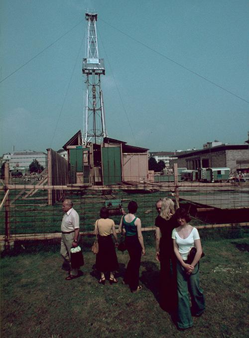 d6 1977 _ Friedrichsplatz   artist _ Walter de Maria title _ construction of The Vertical Earth Kilometer, 1977