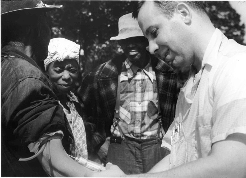 800px-Tuskegee-syphilis-study_doctor-injecting-subject