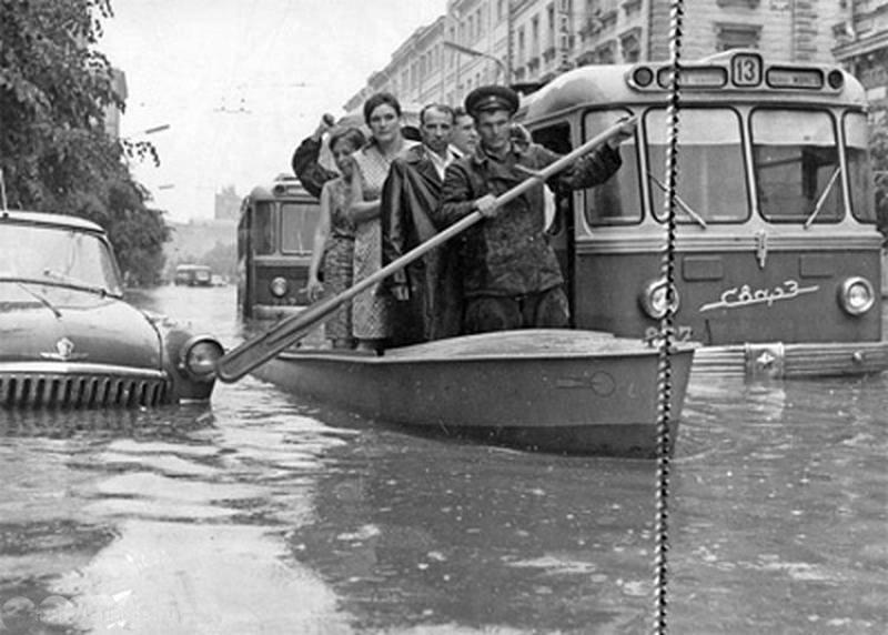 Nikolay Rakhmanov. Flood in Moscow. Neglinnaya street, 1965.