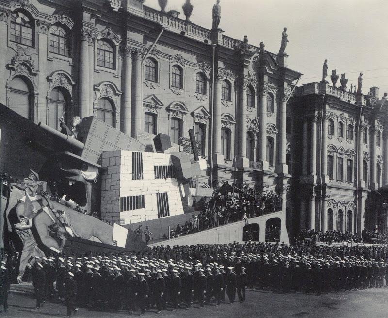 Колонны моряков проходят мимо трибун ан площади Урицког 1 мая 1931