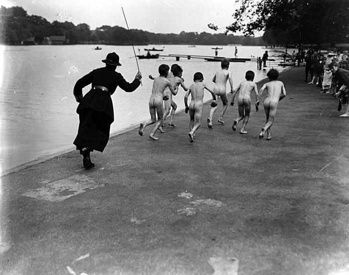 Une femme policier chasse des enfants se baignant à Hyde Park, Londres – 1926