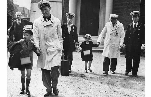 07 LPTB men helping blind schoolchildren evacuees, September 1939