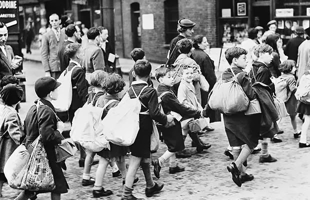 04 East End evacuees on their way to the station, 2nd September 1939