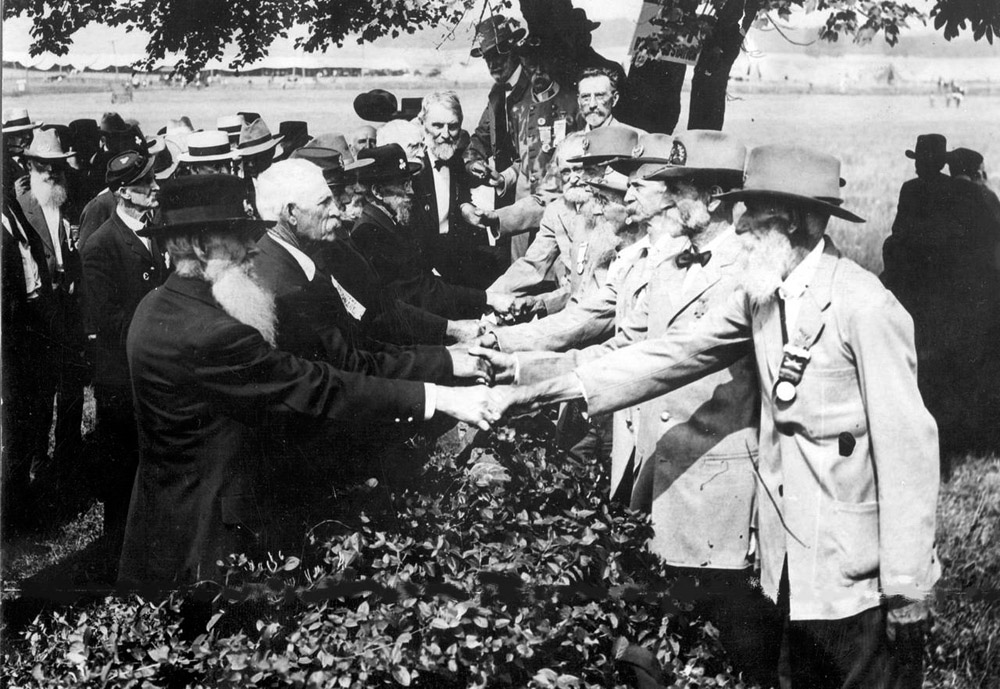 Union and Confederate veterans shake hands at Gettysburg, 1913